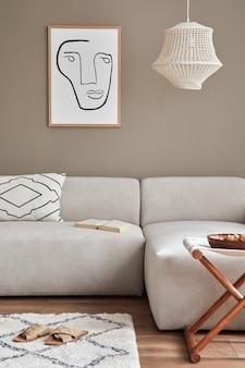 Interni eleganti con divano modulare dal design neutro, cornici per poster, libri, decorazioni, pantofole ed eleganti accessori personali nell'arredamento moderno della casa