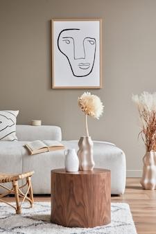 Interni eleganti con divano modulare dal design neutro, cornici per poster, tavolino, libro, decorazione, vaso in ceramica, fiori secchi ed eleganti accessori personali in un arredamento moderno
