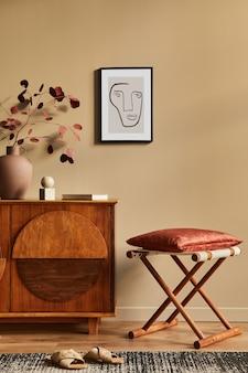 Interni eleganti con comò in legno di design, sgabello, fiori secchi in vaso, decorazioni uniche, tappeto, cornice ed eleganti accessori personali. soggiorno moderno in casa classica.