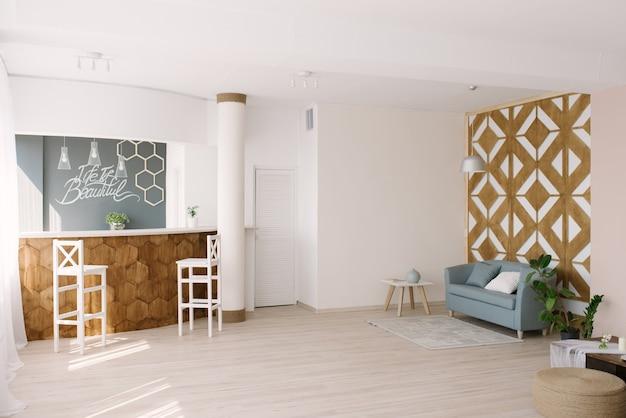 Interni eleganti con pareti in legno di design e divano blu, tavolino da caffè, bancone da bar, arredamento