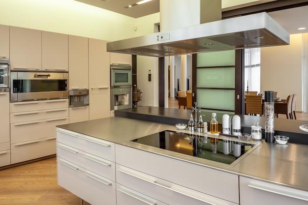 Interni eleganti della cucina dotati di mobili ed elettrodomestici moderni