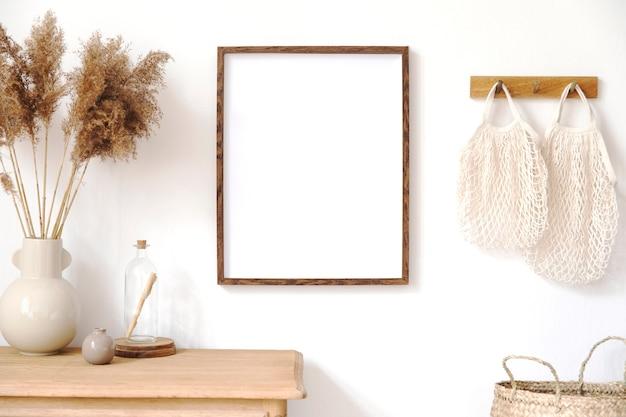 Interni coreani alla moda del soggiorno con cornice marrone, accessori eleganti, fiori in vaso, mensola in legno e decorazioni appese in rattan. concetto minimalista di arredamento per la casa.