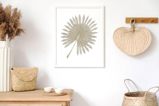 Elegante interno coreano del soggiorno con cornice, accessori eleganti, fiori secchi in vaso, mensola in legno e borse appese in foglia di rattan. concetto minimalista di arredamento per la casa.