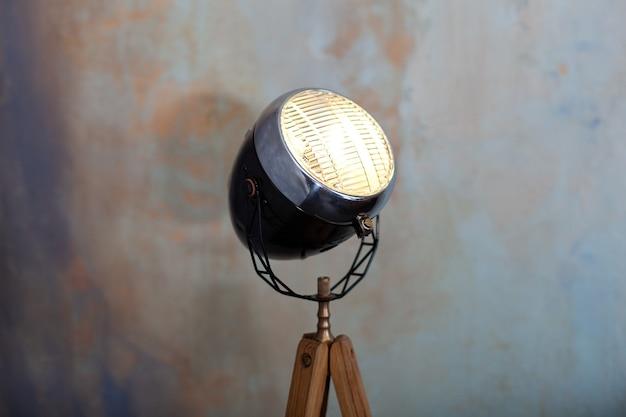 Elegante lampada su treppiede in camera.