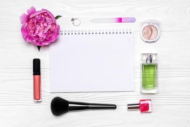 Layout elegante di cosmetici e accessori.