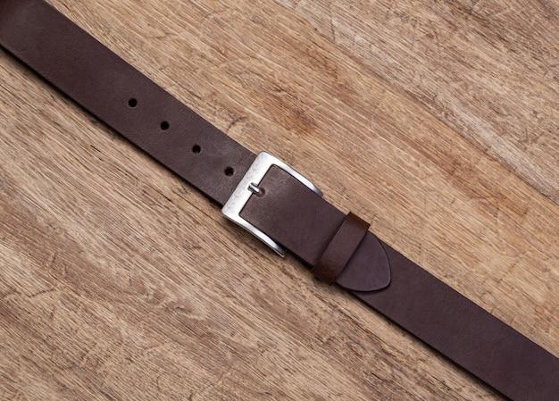 Elegante cintura in pelle su fondo in legno