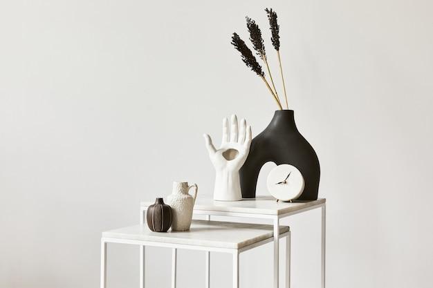 Elegante composizione di interior design per soggiorno con copia spazio, tavolino da caffè e accessori personali. stile classico moderno. modello.