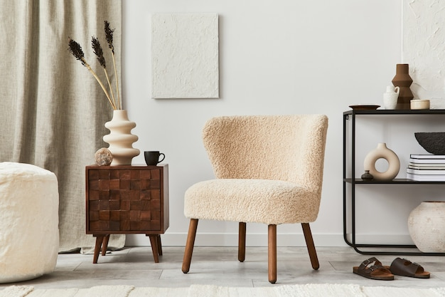 Elegante composizione di design d'interni per soggiorno con pittura a struttura finta, poltrona soffice, comò e accessori personali. stile classico moderno. modello.