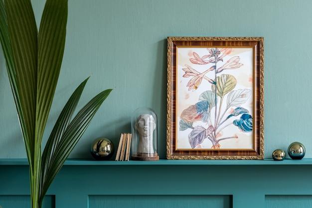 Interno elegante del soggiorno con cornice per poster, decorazione di fiori secchi con piante ed eleganti accessori personali sullo scaffale pannelli in legno verde modern home staging