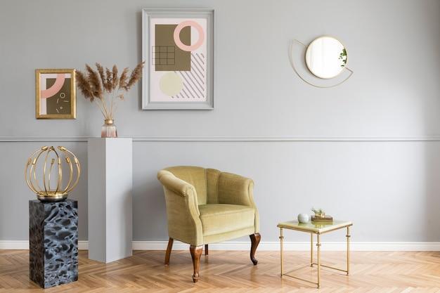 Interni eleganti e lussuosi del soggiorno con elegante poltrona verde, tavoli retrò, lampade di design, accessori chic, specchio dorato e cornici mock up sulla parete grigia modanatura. modello.