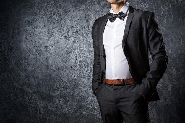 Elegante uomo in tuta con farfallino