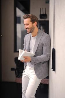 Uomo alla moda con un libro