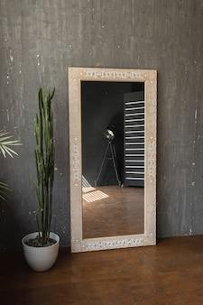 Elegante specchio su uno sfondo di muro grigio