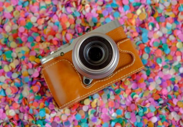 Fotocamera mirrorless moderna ed elegante in una custodia in pelle