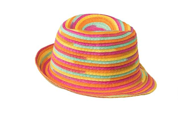 Elegante cappello da sole estivo multicolore isolato su una superficie bianca