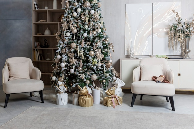 Eleganti interni di capodanno nel soggiorno. celebrare il natale.