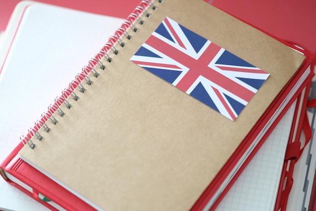 Blocco note elegante con bandiera della gran bretagna e quaderni sul tavolo