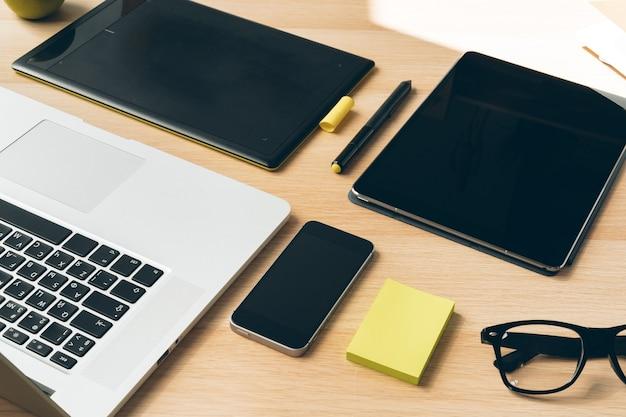 Elegante scrivania da tavolo. area di lavoro con laptop. avvicinamento.