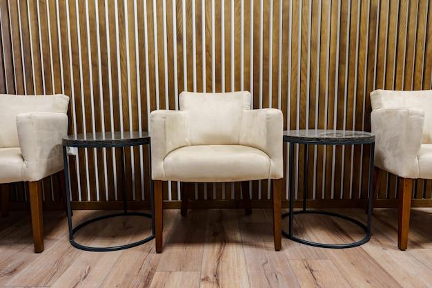Elegante sala d'attesa per ufficio con poltrone e tavolino