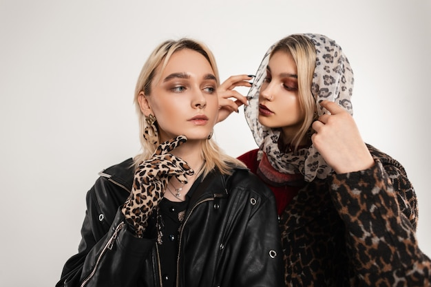 Elegante ritratto splendido due giovani donne bionde in abiti eleganti alla moda con stampa leopardo Foto Premium