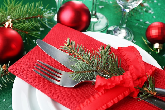 Elegante tavola di natale rossa, verde e bianca
