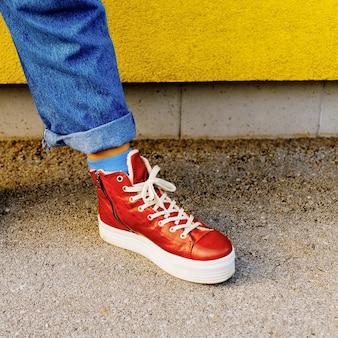 Scarpe da ginnastica rosse alla moda. moda urbana arriva l'autunno