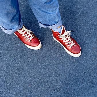 Scarpe da ginnastica rosse alla moda. moda urbana