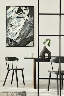Interni eleganti con tavolo di design, pittura astratta e accessori personali modello