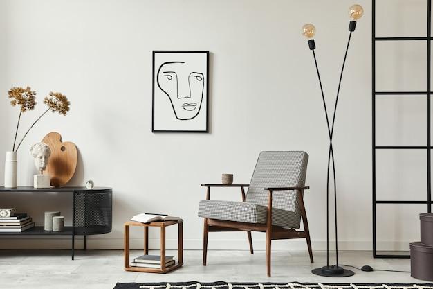 Elegante composizione scandinava di soggiorno con poltrona di design, cornice per poster finta nera, comò, sgabello in legno, pianta, decorazione, parete soppalcata e accessori personali nell'arredamento moderno della casa.