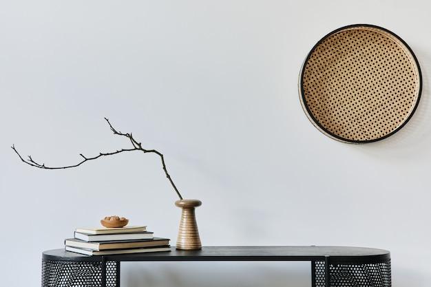 Eleganti interni di casa scandinava con comò in legno di design, libri, decorazioni, spazio per fotocopie ed eleganti accessori personali in un arredamento moderno. modello.