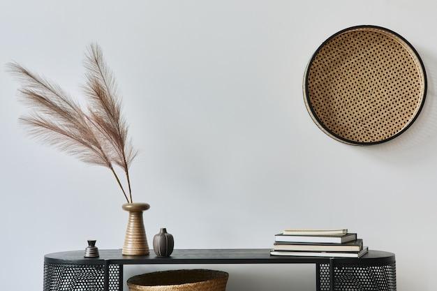 Eleganti interni di casa scandinava con comò in legno di design, libri, decorazioni, spazio per fotocopie ed eleganti accessori personali in un arredamento moderno per la casa.