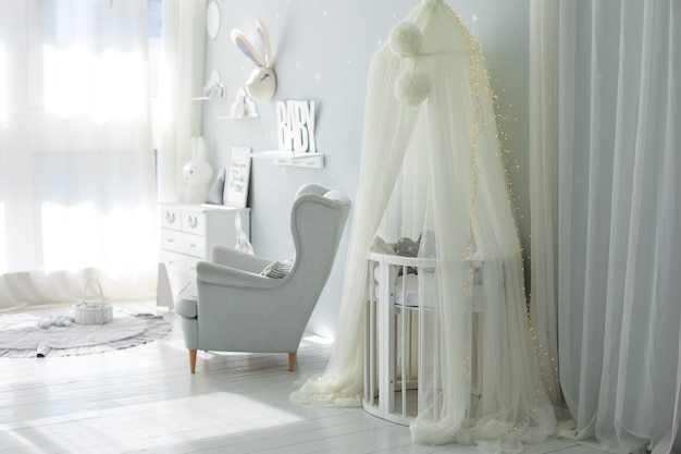 Elegante interno scandinavo della stanza del bambino decor camera dei bambini con mobili culla con baldacchino
