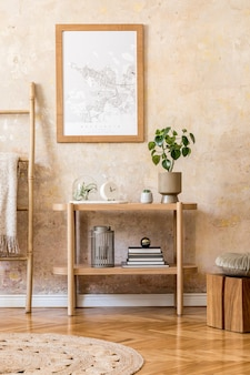 Elegante interno scandinavo del soggiorno con cornice per poster, console in legno, piante, scala, decorazione, parete grunge ed eleganti accessori personali nell'arredamento moderno della casa
