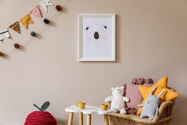 Elegante camera per bambini scandinava con poster finto, giocattoli, orsacchiotto, animali di peluche, pouf naturale e accessori per bambini. interni moderni con pareti di fondo beige. modello. progetta l'home staging.