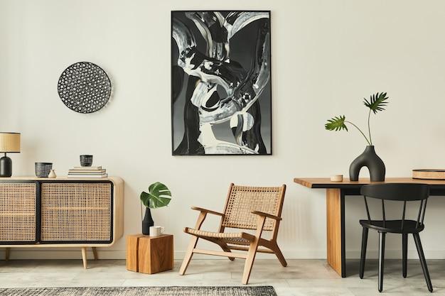 Elegante soggiorno scandinavo interno di un appartamento moderno con comò in legno, tavolo di design, sedie, moquette, dipinti astratti sul muro e accessori personali in un arredamento unico per la casa. modello.