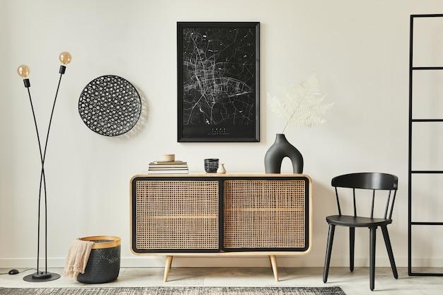 Elegante soggiorno scandinavo interno di un appartamento moderno con comò in legno, tavolo di design, sedie, moquette, mappa simulata sul muro e accessori personali nell'arredamento della casa. modello.