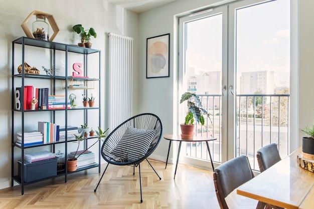 Elegante soggiorno scandinavo con poltrona di design e modello di accessori