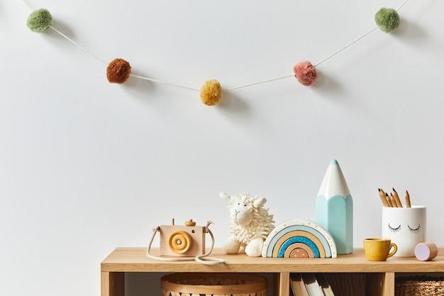 Elegante cameretta scandinava per neonati con giocattoli, animali di peluche, macchina fotografica, bambole e accessori per bambini