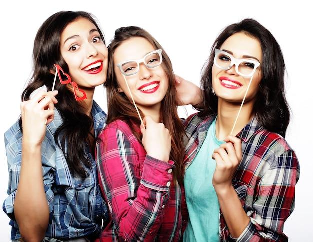 Ragazze hipster sexy alla moda migliori amiche pronte per la festa, isolate su bianco