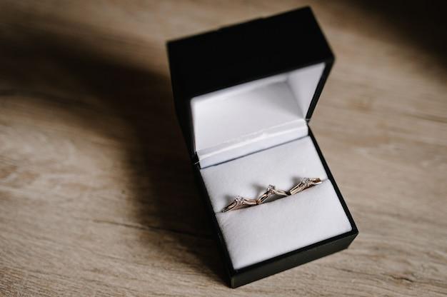 Eleganti orecchini in argento, anello in oro con diamanti in una confezione regalo
