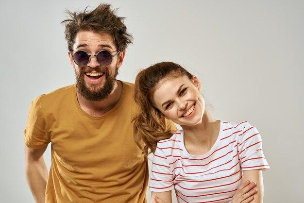 Uomo e donna eleganti e sciatti, coppia hippie, pazzi si divertono