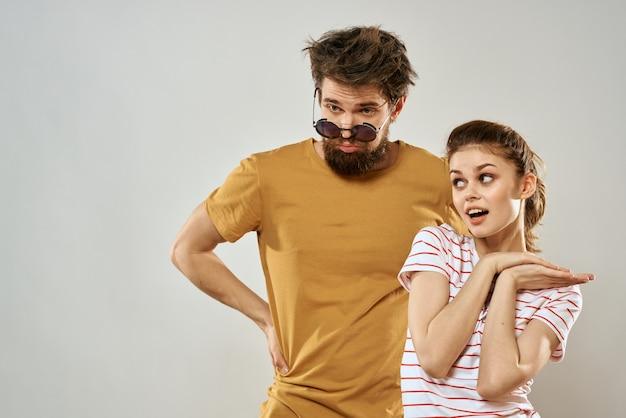Uomo e donna eleganti e sciatti, coppie hippie, pazzi si divertono