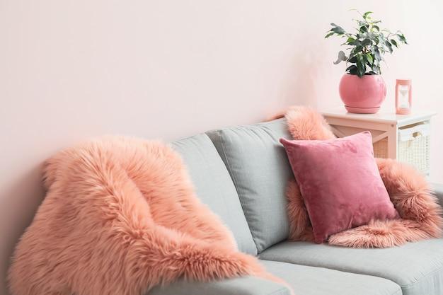 Elegante divano all'interno del soggiorno