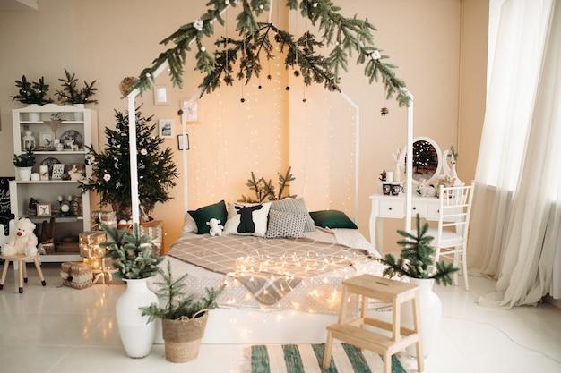 Elegante monolocale con grande letto bianco, toletta con specchio e altri mobili