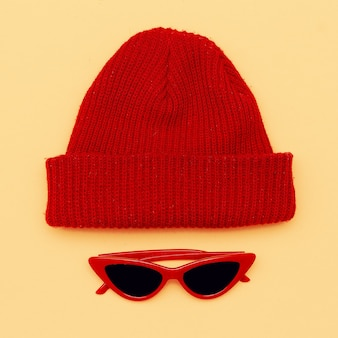 Occhiali da sole e cappello alla moda. accessorio hipster. lay piatto