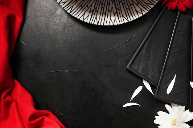 Elegante tavola al ristorante. piatti fantasia e fiori teneri su sfondo nero concept