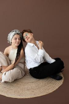 Adolescenti alla moda che posano insieme