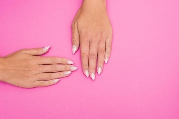 Manicure alla moda femminile alla moda. le mani della bella donna