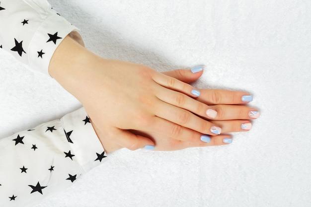 Manicure alla moda femminile alla moda.