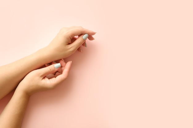 Elegante alla moda geometrica con strisce femminili manicure. mani della bella giovane donna tenera.